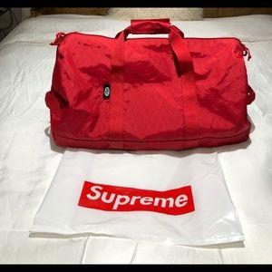 87588eceee Supreme Bags - Supreme Duffle Bag (FW18) Red